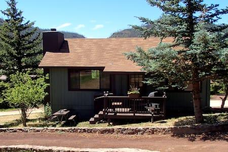 Remodeled 2 BR Cabin 5 overlooking pond! - Greer - Sommerhus/hytte