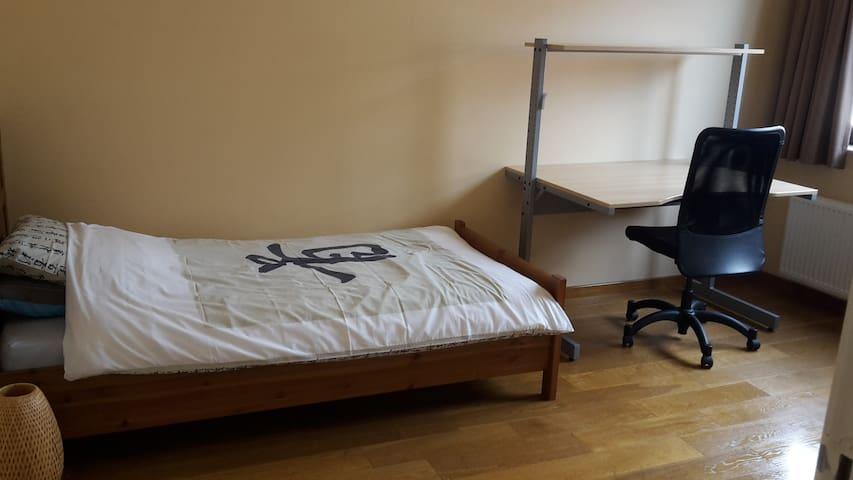 Single bedroom in calm environment - Merelbeke - Casa