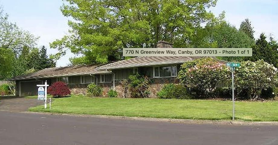 Mid-Century Sprawling Ranch in lovely Canby, OR