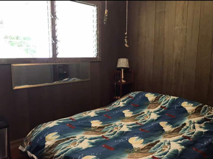 Quiet room near UH, golf course, & shopping mall.