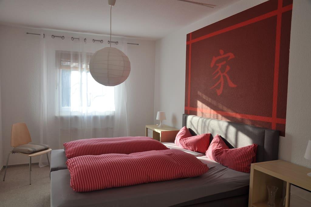 Schlafzimmer mit gemütlichem 200x180m-Bett