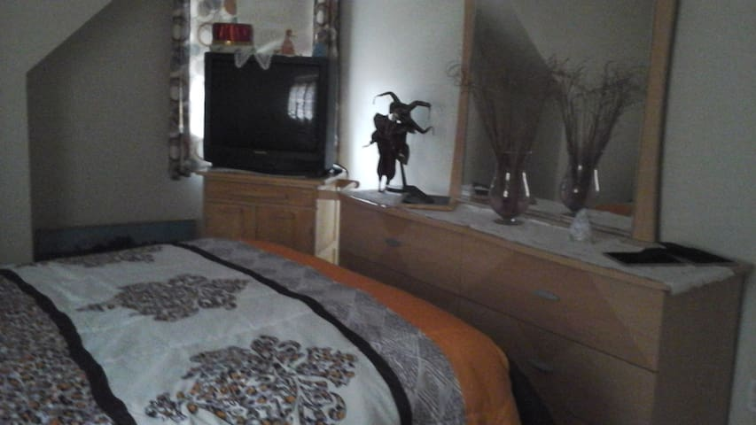 2nd floor comfortable room - Stoughton - Dům