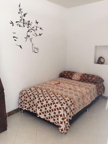 EXCELENTE UBICACION , BARRIO LAURELES CERCA A TODO - Medellín - House