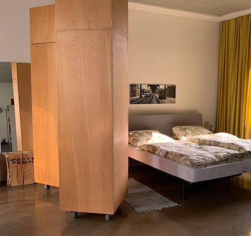Schlafbereich mit Doppelbett (zwei Einzelbetten), 1 Schrank (design by Hermann) steht zur Verfügung mit Kleiderbügeln + Ablagefach