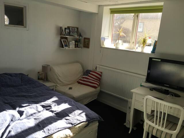 Sovrum med stor enkelsäng.