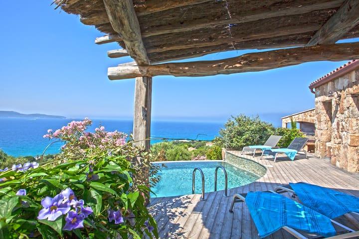 Villa typique avec piscine privée et vue mer