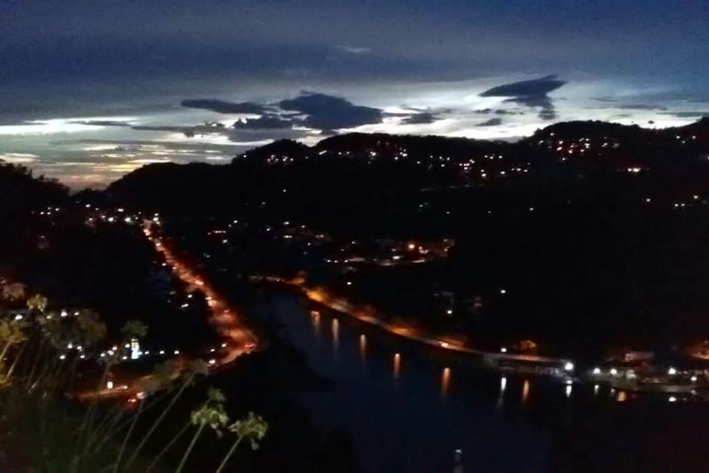 Vista maravilhosa do lago do Quitandinha ao anoitecer!