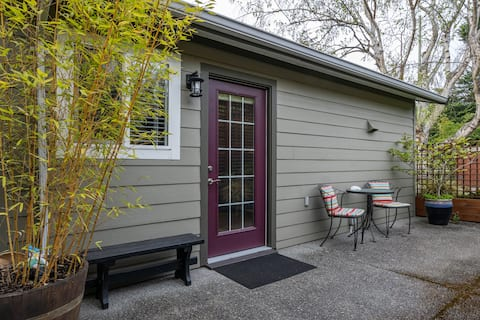 """Private, sunny 1BD """"tiny"""" house/garden suite"""