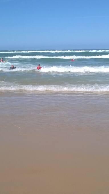 Des écoles de surfs disponibles à Mimizan pour tout ceux qui veulent s'essayer.