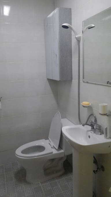 비데가 설치된 작은 방 화장실 (사진은 비데 설치 전 찍은 것) a bidet in a small room's bathroom (This picture was taken before the installation of a bidet.)