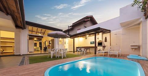Casa gostosa c/ piscina aquecida a 200m da praia.