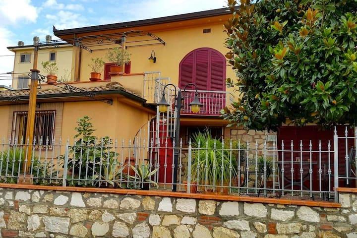 Villetta con giardino nel cuore della Toscana - Foiano della Chiana - บ้าน
