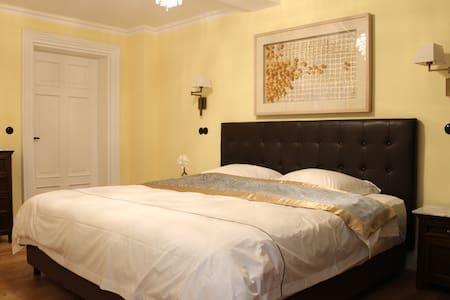 Schlafzimmer mit 2x2m King Size Bett