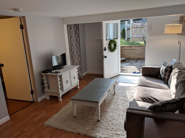 Cozy 1BR suite near Mayfair and Uptown Malls
