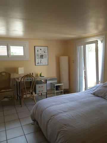 Chambre spacieuse et indépendante.
