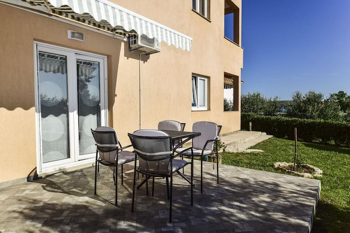 One bedroom apartment with terrace and sea view Rtina - Stošići, Zadar (A-12581-c)