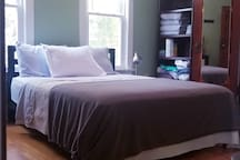 Queen bed with all the linens you will need. Towels are provided.