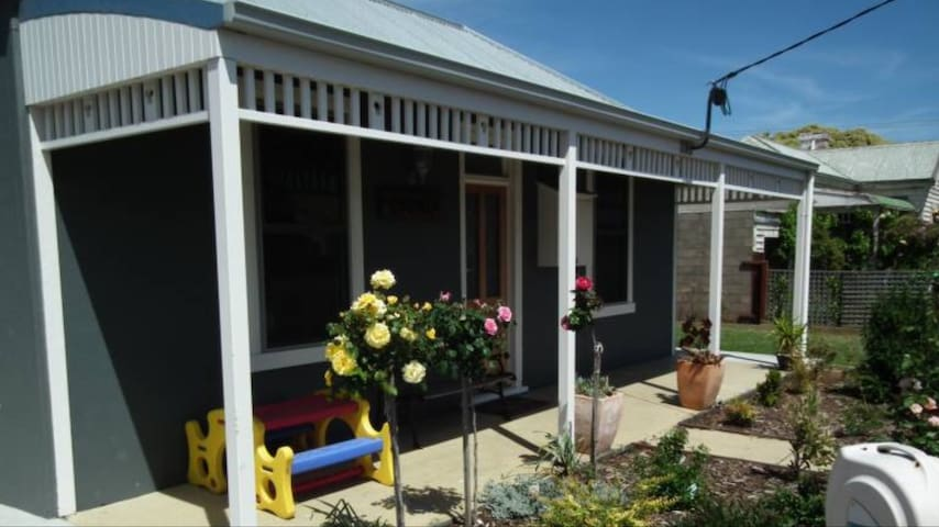 COOINDA. RENOVATED HISTORIC COTTAGE. - Port Fairy - Hus
