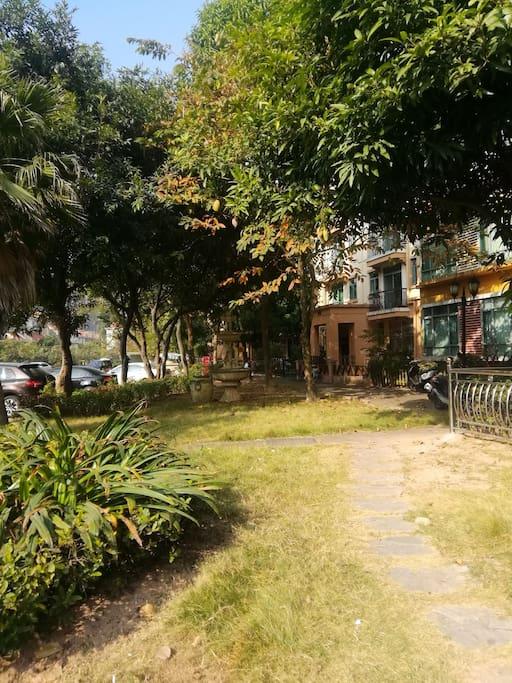 独特的社区花园,园内有流动的河、两个湖 花园里,有可乘免费巴士出入市区便利、观光游玩