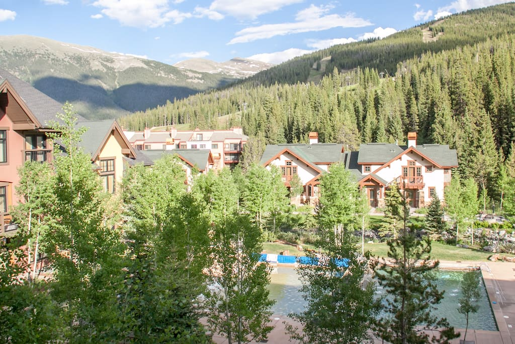 Balcony with beautiful views of the courtyard, ski slopes, and Tenmile Range.