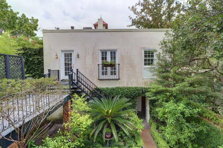 *Monthly Stays* Carriage House Off Jones Street