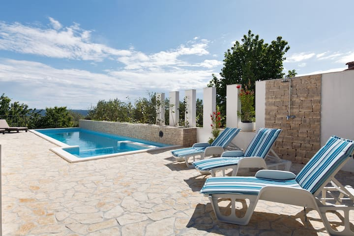 Villa V&V with HEATING POOL near Trogir