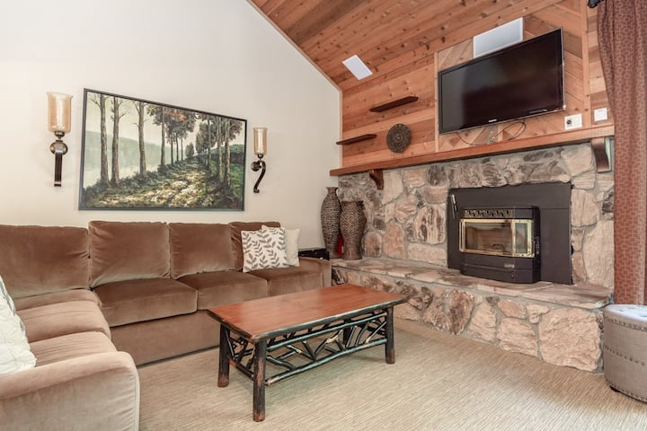 Inviting Townhome with mountain views and WiFi, close to shops and dining