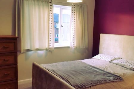King size bed in spacious room - Leeds