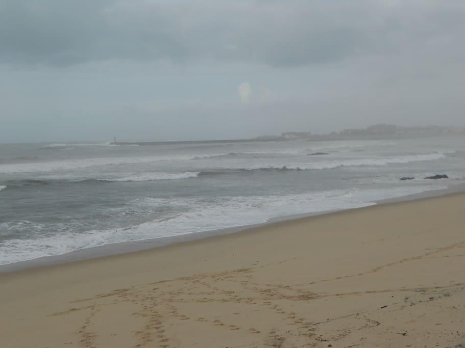 Praia perto. Beach near.