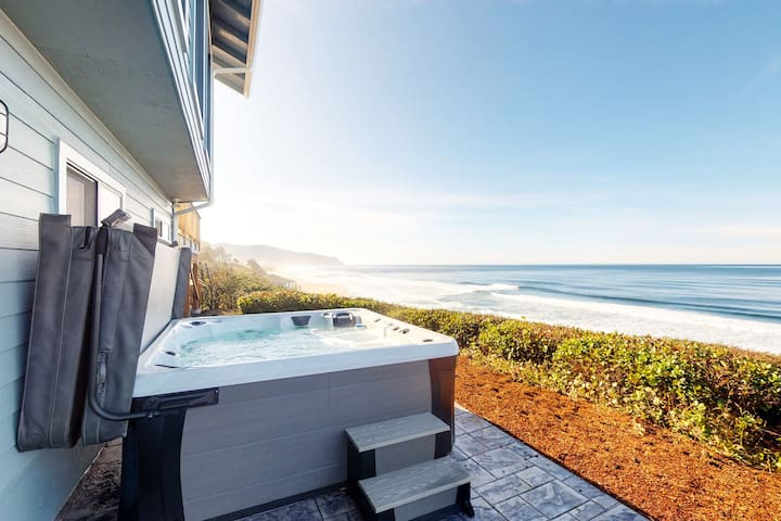 Oceanfront house w/Ping-Pong table & private hot tub overlooking the ocean