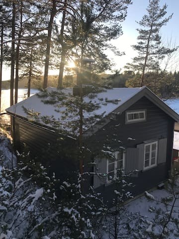 Cosy cottage by the lake, near Oslo