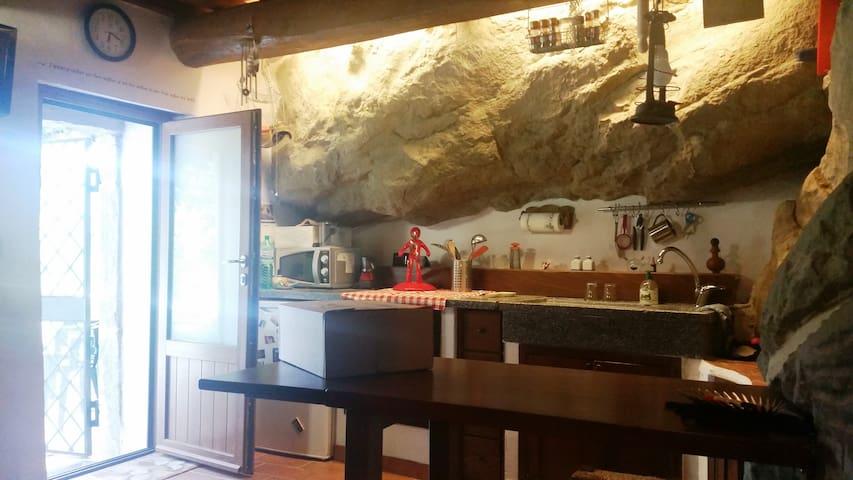 La casa nella roccia - Frazione Montagna 46