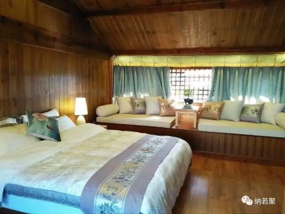 宽大的卧室配有民族特色的大塌,阳光从百年历史的窗花投入,舒适而温暖