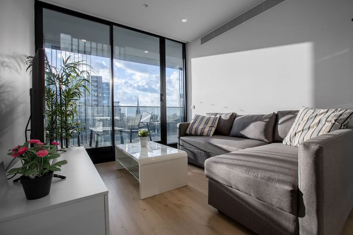 Brand New APT with Sea Views in Heart of St Kilda