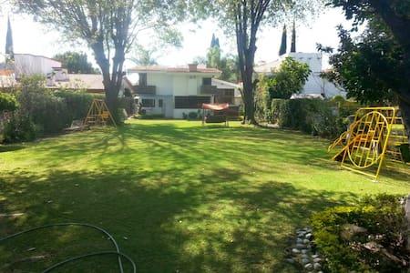 Casa amplia con enorme jardín en club campestre - Atlixco