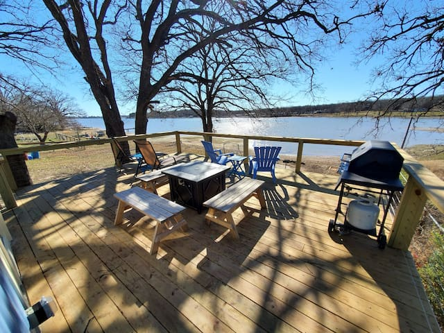 Waterfront, lake cottage! Beautiful deck & patio.
