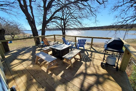 Waterfront, lake cottage! Beautiful deck & patio.