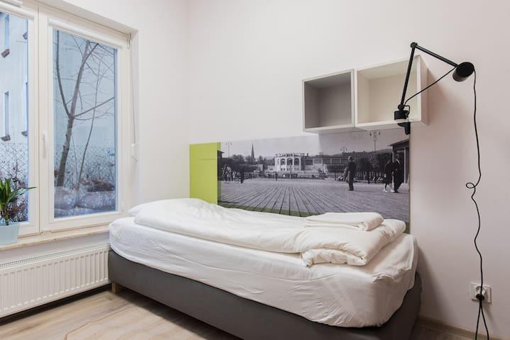 Apartament z dwiema sypialniami 3 łóżka sypialniane sofa rozkładana (2 łóżka) stół z krzesłami szafy z wieszakami moskitiery i rolety w oknach prywatna łazienka z prysznicem i toaletą (suszarka, ręczniki, mydło, papier toaletowy) TV  Sypialnia 1 os.
