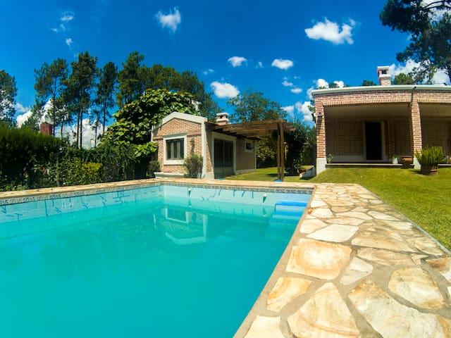 Casita Vaquereña con piscina y gran jardín