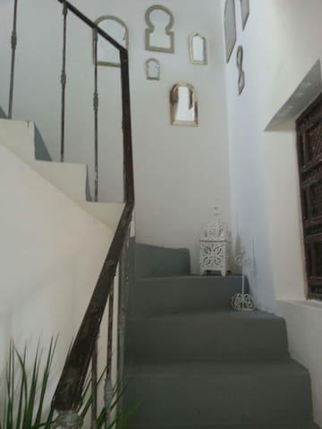 escalier montant dans les chambres. Go to the  room
