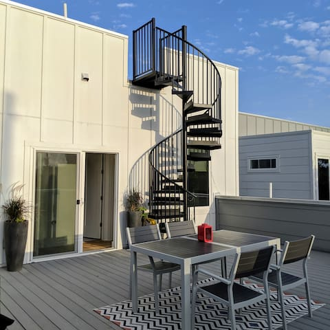 Entire Guest Floor   2 Roofdecks w/ Downtown View