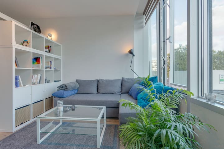 Light and bright studio apartment for two in west