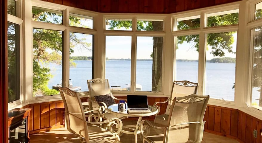 Quiet lakeside home 25 min from US Bank Stadium
