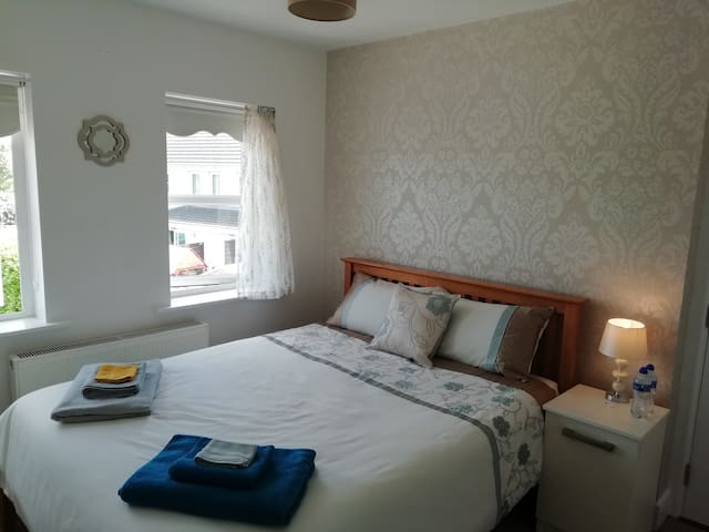Carrigtwohill - Lovely Ensuite Room with Sky Tv!