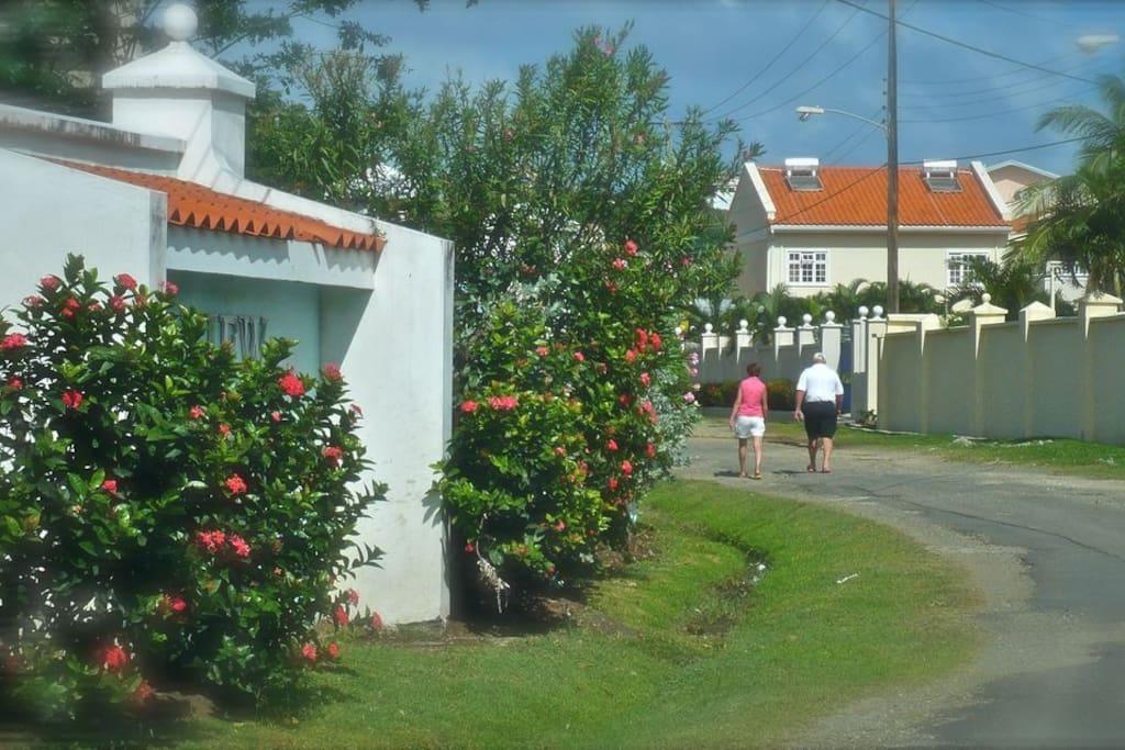 Stroll in your garden neighbourhood to convenient shops & restaurants.