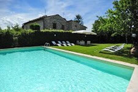 Private villa with pool and garden - Appartamento