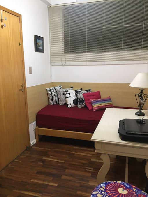 duas portas, corredor interno e cozinha