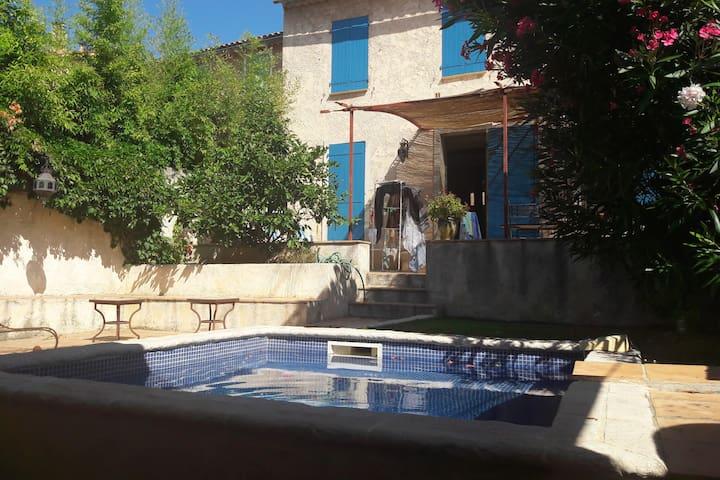 Joli studio provençal avec piscine