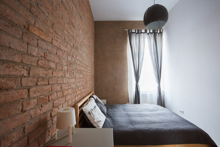 Lovely Vintage Apartment| Brick Walls| Downtown