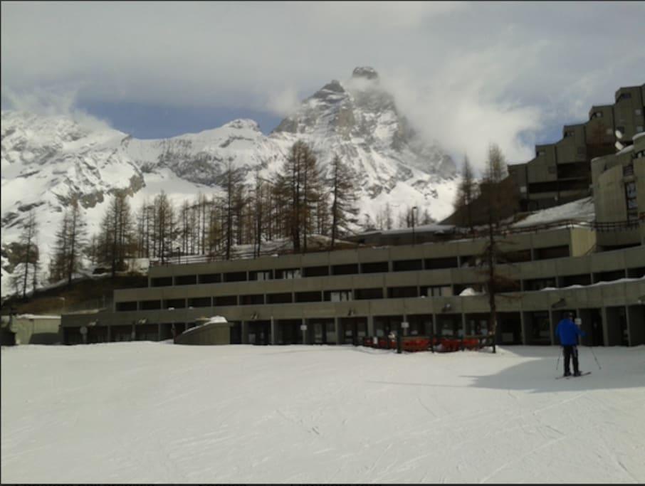 Punto di partenza e arrivo con gli sci dal piano terra del condominio.